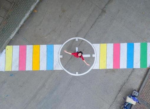 武汉一高校宿舍楼下车流量大 学生手绘创意斑马线